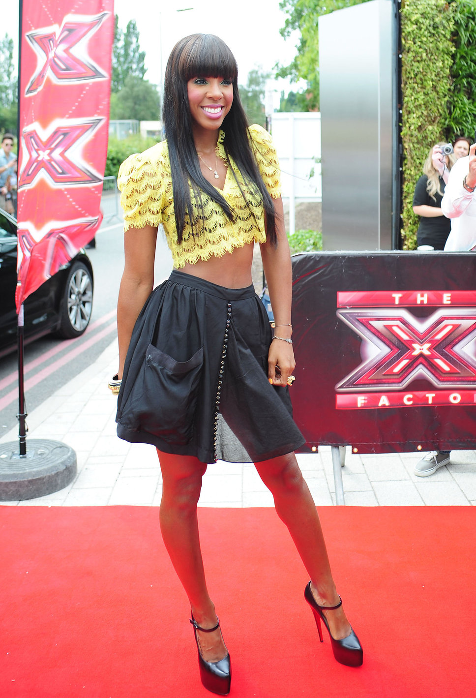 Kelly Rowland in yellow lacy crop top