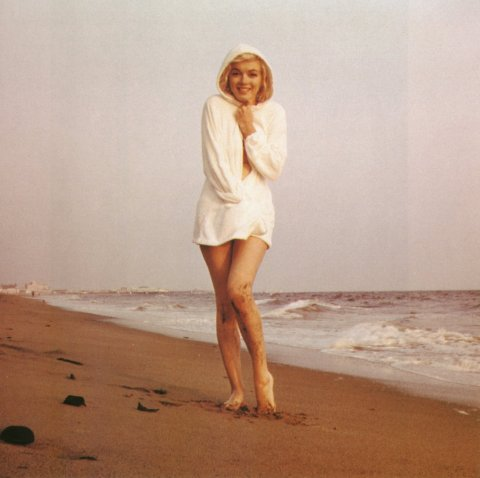 Merilin Monro Marilyn-monroe_on-the-beach_santa-monica_photo-by-george-barris