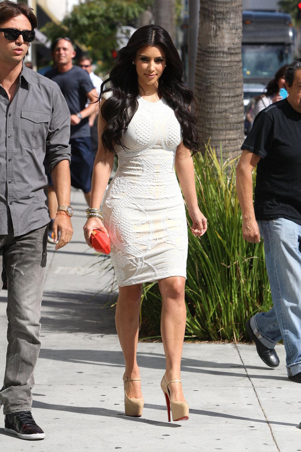 dresses Kim kardashian in white