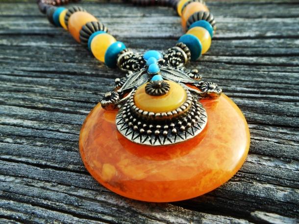 Tibetan Amber necklace close