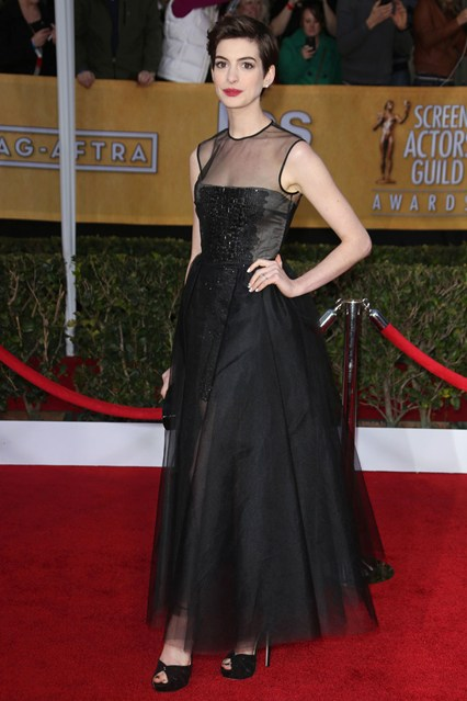 anna-hathaway-sag-2013-red-carpet-giambatista-valli