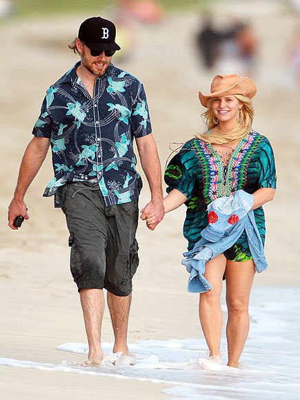 jessica-simpson-2013-winter-holiday-beach