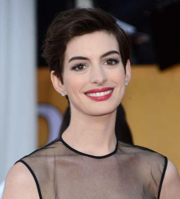 Anne-Hathaway-stud-earrings