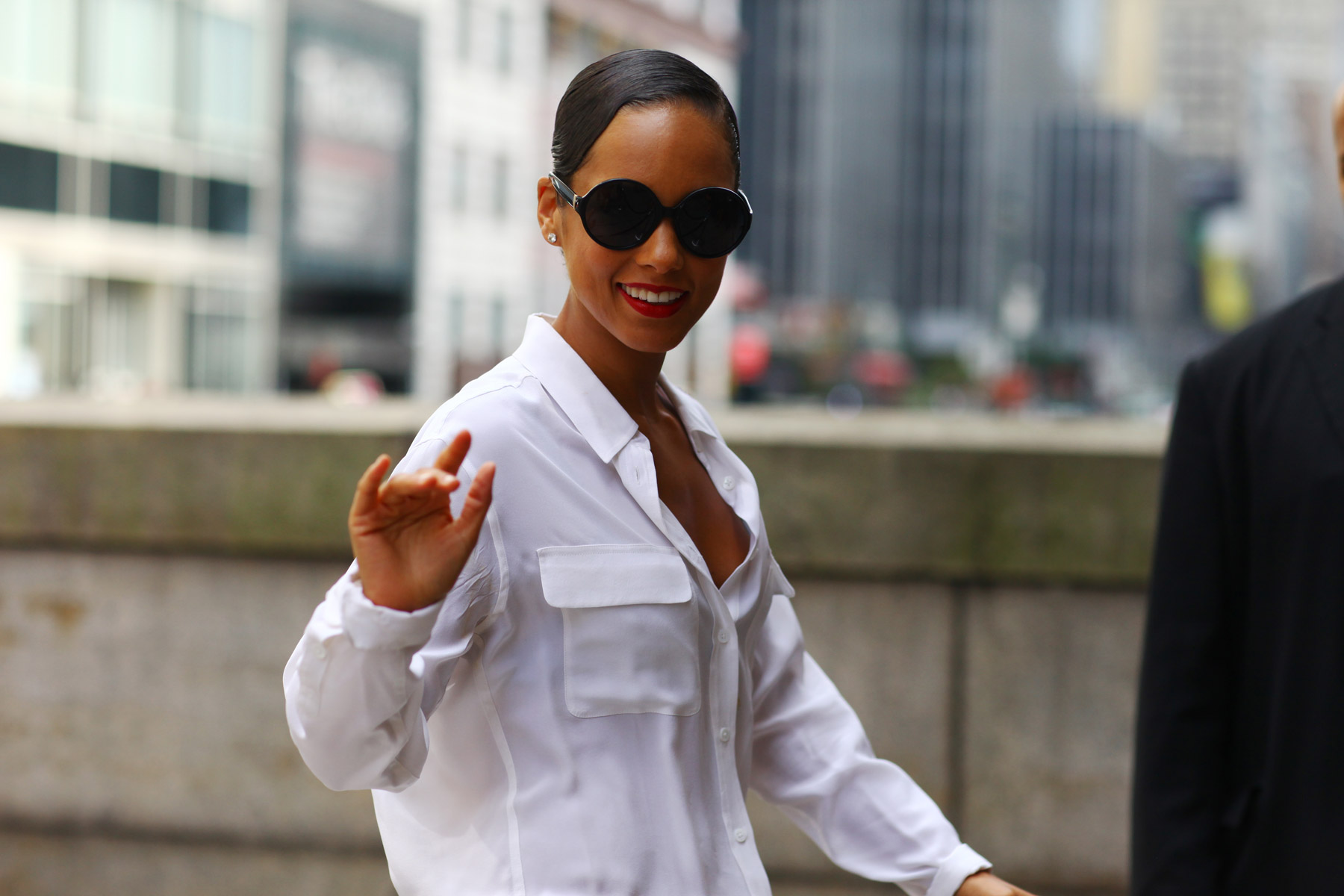 alicia-keys-round-sunglasses