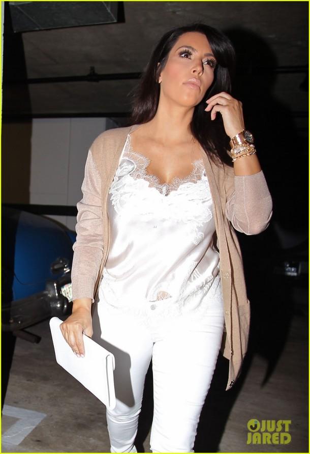 kim-kardashian-pregnancy-style-white-jeans
