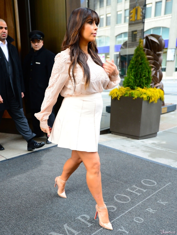 kim-kardashian-pregnancy-white-skirt