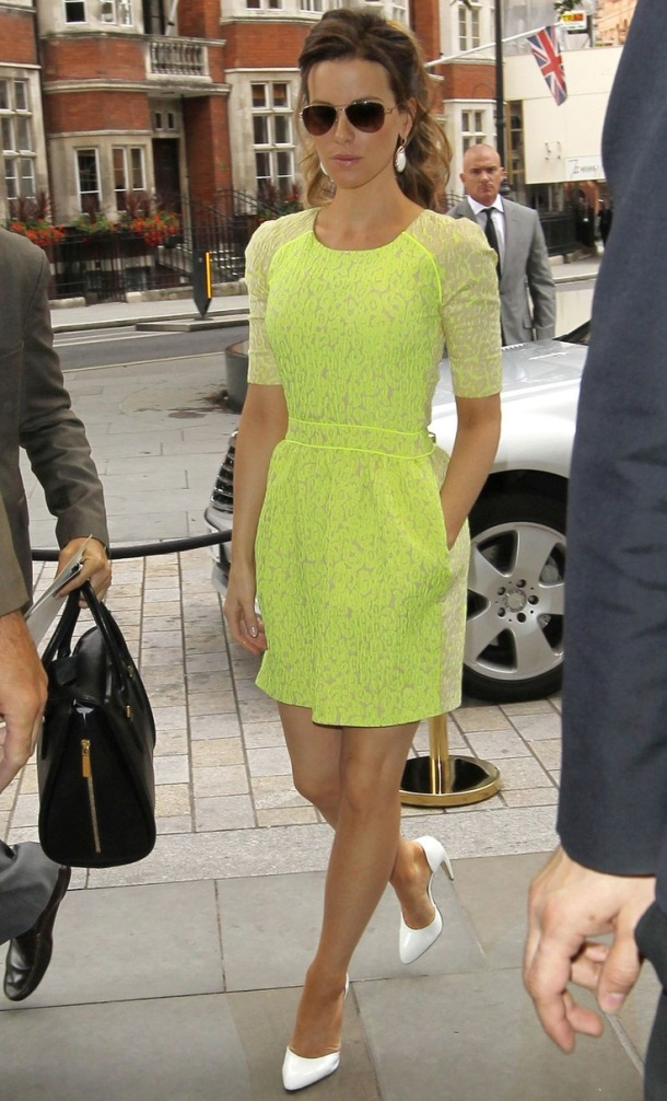 kate-beckinsdale-neon-dress
