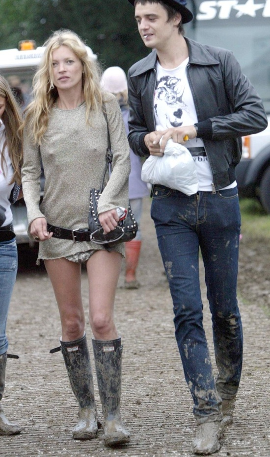 KATE MOSS AND PETE DOHERTY IN THE MUD AT GLASTONBURY FESTIVAL, SOMERSET. 2005
