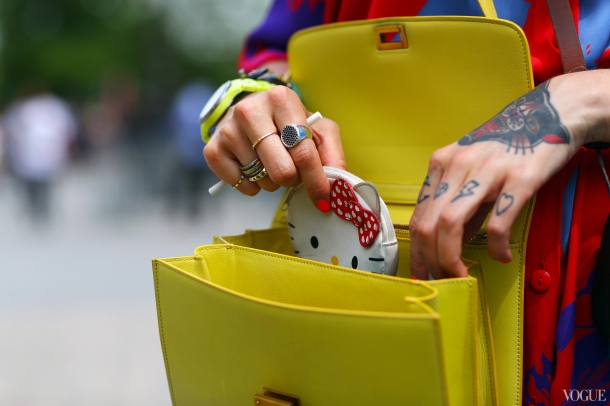 yellow-bag-fashion-week-couture-street-style