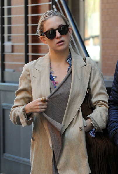 kate-hudson-keyhole-sunglasses