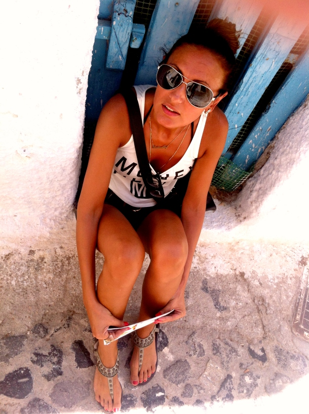 santorini-summer-look-avitors-sporty-look
