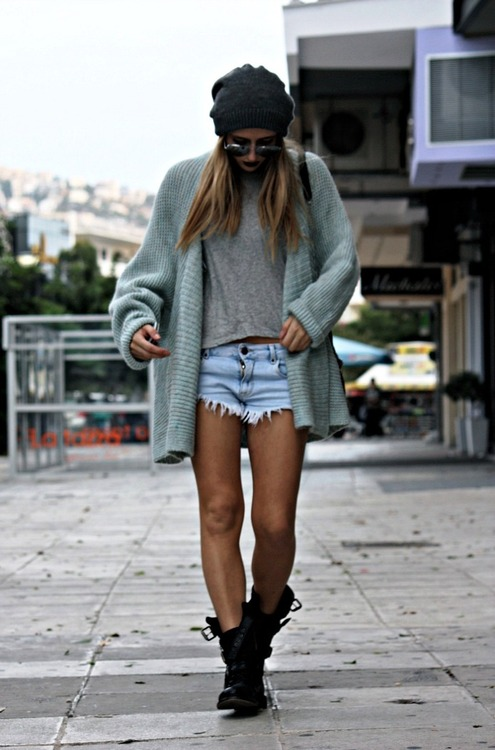 shorts-boots-sweater-look