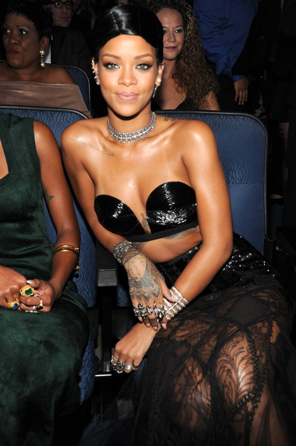 rihanna-american-music-awards-2013-red-carpet