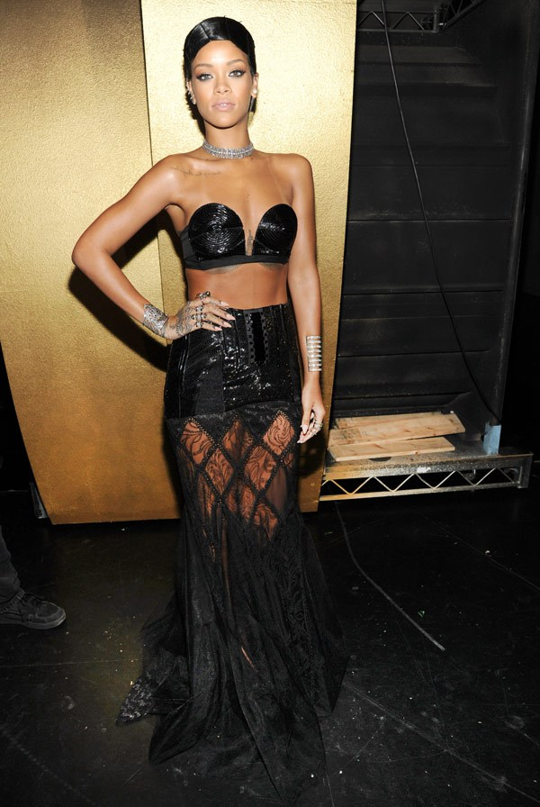 rihanna-backstage-amas2013-red-carpet