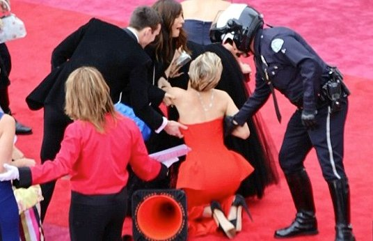 Oscars_2014__Jennifer_Lawrence_falls_over____again