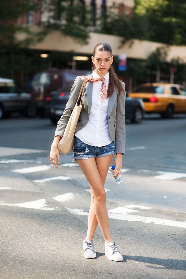 street-style-white-sneakers-spring-trend