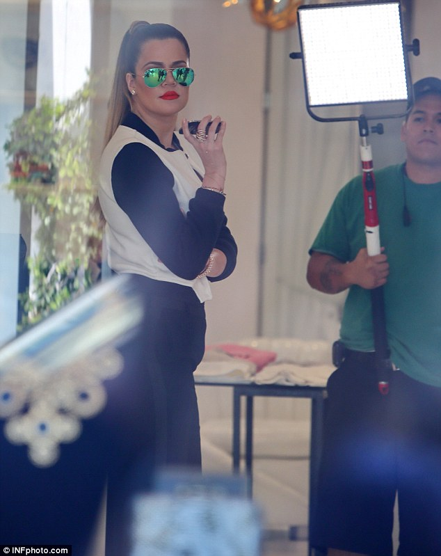 knlow-kardashian-mirrored-sunglasses-and-red-lips