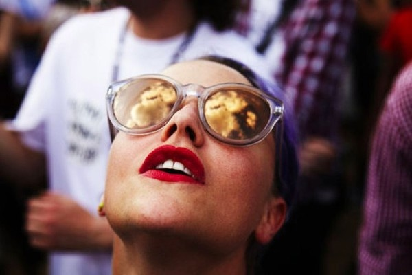 red-lips-and-mirrored-sunglasses-look (2)