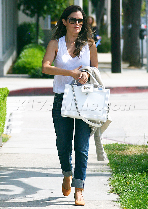 Rachel Bilson is a messy eater with a really cool bag!