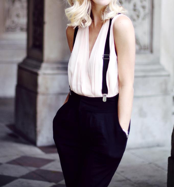 Pictures of women in suspenders